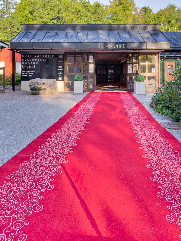 Röda mattan med silvergarn som mönster
